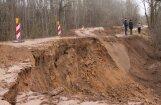 Aculiecinieka foto: Zemes nogruvums izpostījis autoceļu Koknese-Ērgļi