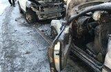 Foto: Kurzemes prospektā Rīgā nodeg 'Mercedes Benz' un 'Nissan Juke'