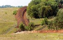 Foto: Ukraina uz robežas rok grāvi, lai liktu šķēršļus kara tehnikas iebrukumam no Krievijas