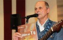 Adrians Kukuvass izdevis grāmatu 'Ar ģitāru uz Tu'