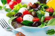 Grieķu salāti ar mocarellu un baziliku