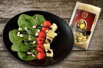 Zemeņu salāti ar cieto sieru un lazdu riekstiem