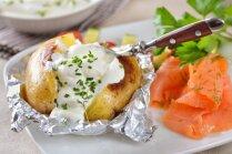 Folijā cepti jaunie kartupeļi
