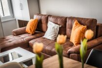 Kompakti un ērti – idejas stūra dīvānu izvietošanai