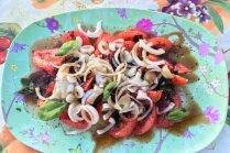 Tomātu un ātri marinētu sīpolu salāti