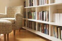 Grāmatu krājumu glabāšana viesistabā – radošas idejas plauktiem
