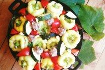 Cepeškrāsnī cepti pildītie pipari ar tomātiem un kabačiem