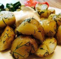 Sviestā cepti jaunie kartupeļi ar dillēm