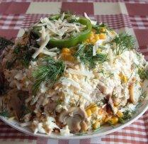 Sātīgie vistas girosa un šampinjonu salāti ar sieru