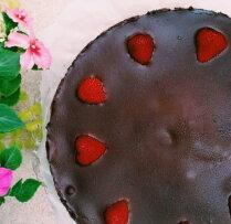 Siera kūka ar šokolādes virskārtu un zemenēm