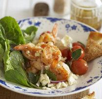 Siltie garneļu salāti ar fetas sieru
