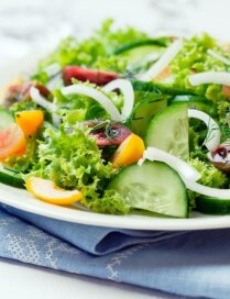 Laba daudz nevajag: kraukšķīgu lapu salātu variācijas vakariņām