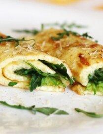 Siera omletes rullīši ar spinātiem un rukolu