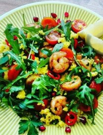 Салат с креветками, лимонным кускусом, рукколой и томатами черри