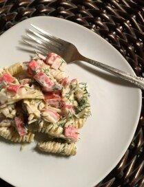 Makaronu un krabju salāti