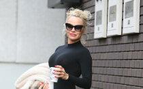 Pamela Andersone atrāda sievišķīgos labumus pieguļošā triko