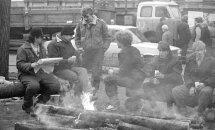 #Ziņas1991: Vecrīgas ielās ieaugušas steigšus celtu barikāžu grēdas