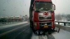 Vīrietis Ķīnā izdzīvo pēc šausminošas sadursmes ar kravas automašīnu