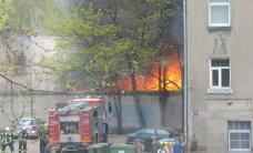 ФОТО: Огромное пламя на улице Даугавпилс - горят сараи
