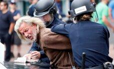 Foto: Trampa pretinieku un policijas sadursmēs Kalifornijā arestēti 35 cilvēki