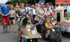 Foto: Maskavā ļaudis izrādās ar bērnu ratiņiem