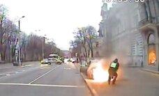 Video: Kā pašvaldības policisti Rīgā degošu BMW nodzēsa
