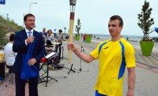 Foto: Ventspilī iedegta Latvijas Jaunatnes vasaras olimpiādes lāpa