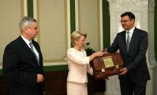 Foto: Valsts budžets nodots Saeimas rokās; neprognozē vieglu izskatīšanu