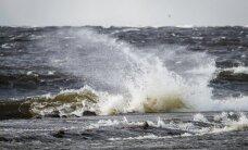 Vētras postījumi: Norauts jumts Talsos, nogāzts koks uz Rīgas apvedceļa