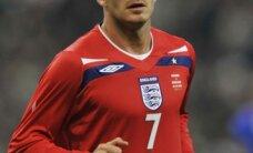 Spānijas futbolisti pieveic Angliju; Bekhems atkārto Mūra rekordu