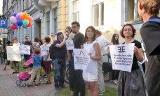 Video: Akcija par 'cilvēcīgu attieksmi pret bēgļiem' pulcē pretēju viedokļu paudējus