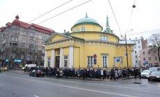 ФОТО: В Риге сотни людей пришли к храму проститься с Михаилом Задорновым