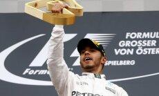 Foto: Hamiltons pēdējā aplī apdzen Rosbergu un triumfē Austrijas 'Grand Prix'