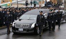 Tūkstošiem policistu Ņujorkā atvadās no nošautā biedra; pagriež muguru pilsētas mēram