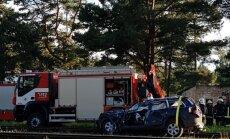 Priedainē automašīnas sadursmē ar vilcienu viens cietušais