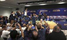 Video: Francijas futbolisti ar šampanieti aplaista Putinu un žurnālistus