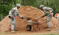 Foto: ASV karavīri nāk talkā audžuģimeņu mājai