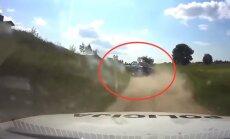 Video: Lietuvā jaunietis bez tiesībām ar vecu BMW bēg no policijas