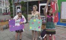 Pašmāju sociālā projekta dāmas vāc ziedojumus Rīgas ielās