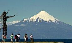 Dienas ceļojumu foto: Tūristi vēro majestātisko Osorno vulkānu Čīlē