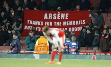 Alex Oxlade-Chamberlain reacts as Arsenal fans
