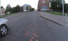 ВИДЕО: Улица Кр. Барона снова покрылась розовыми пятнами; Рижская дума открещивается от них