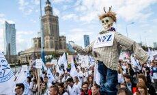 Foto: Poļu tūkstoši Varšavā protestē pret valdību