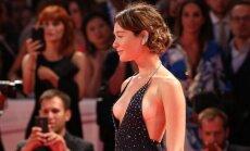 Foto: Itāliešu aktrisei Venēcijas festivālā izsprūk krūtis