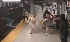 Video: Dramatiska izglābšanās - no metro sliedēm noceļ vīrieti