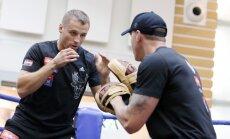 Video: Briedis un Usiks izrāda muskuļus pirms gaidāmās cīņas