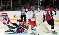 Latvijas hokejisti pēdējās sekundēs atzīst Krievijas otrās izlases pārākumu