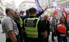 Foto: Krievu skolu aizstāvju protests pulcē vairākus tūkstošus cilvēku