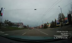 Video: Jaunietis veras telefonā un šķērso ielu pie sarkanās gaismas