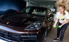 Foto: Ostapenko tiek pie jaudīga 'Porsche Cayenne Turbo'